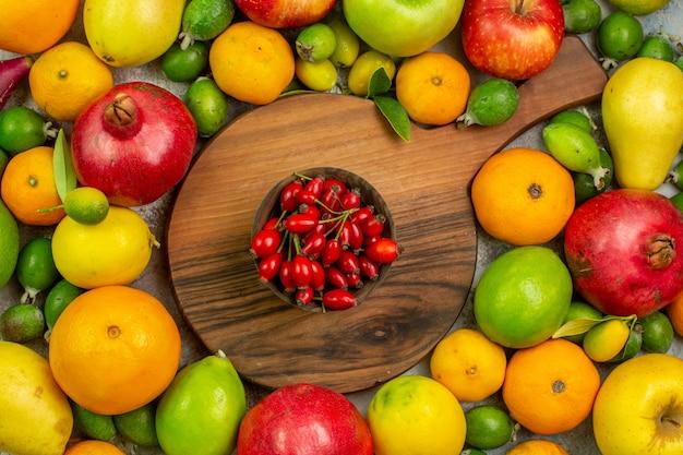 Вид сверху свежие фрукты, разные спелые и спелые фрукты на белом фоне, вкусные фото, цвет, здоровье, диета, ягоды