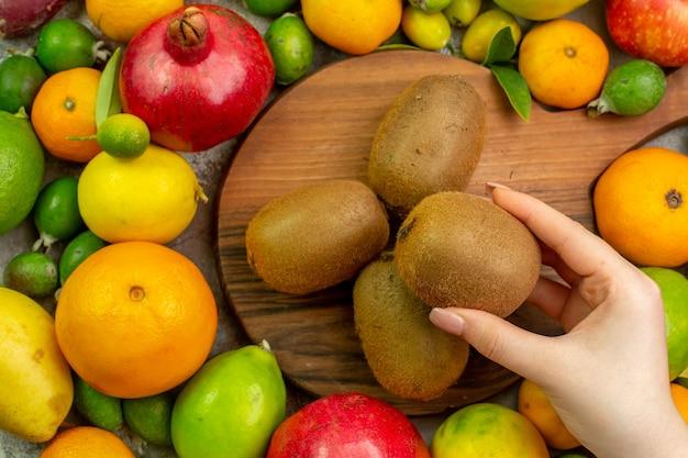 Вид сверху свежие фрукты разные спелые и спелые фрукты на белом фоне ягодный цвет диета фото вкусно