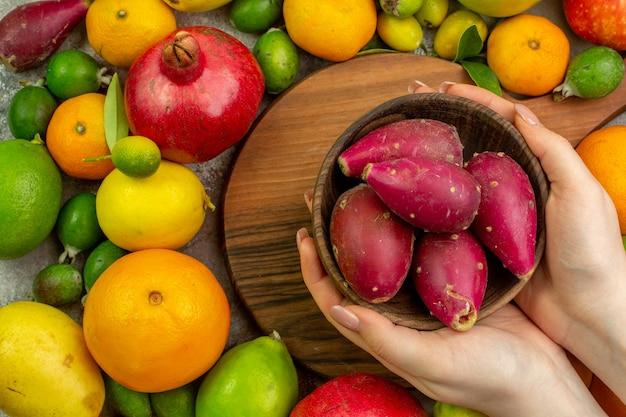 上面図新鮮な果物白い背景のさまざまな熟したまろやかな果物ベリー色おいしい健康ダイエット写真