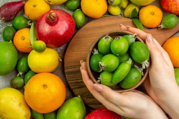 상위 뷰 신선한 과일 흰색 배경에 잘 익은 부드러운 과일 베리 색상 맛있는 사진 건강 다이어트