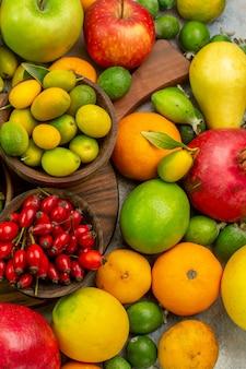 상위 뷰 신선한 과일 흰색 배경에 다른 잘 익은 부드러운 과일 베리 사진 맛있는 건강 컬러 다이어트