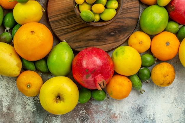 上面図新鮮な果物白い背景の上のさまざまな熟したまろやかな果物