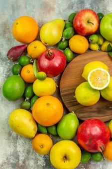 白い机の上に新鮮な果物のさまざまな熟したまろやかな果物の上面図