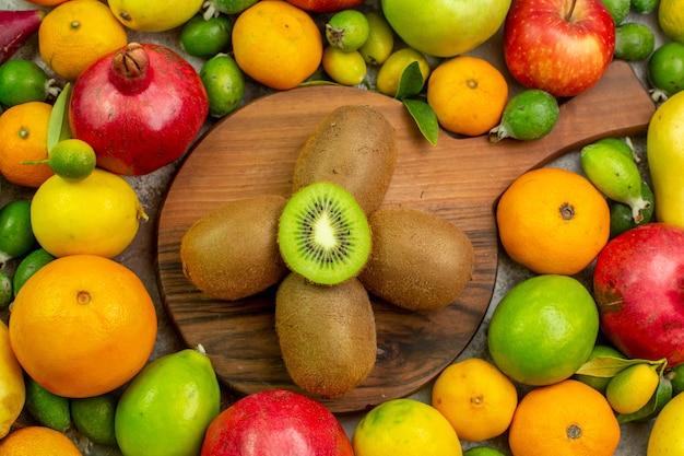 Vista dall'alto frutta fresca diversi frutti maturi e morbidi su sfondo bianco colore delle bacche dieta gustosa salute