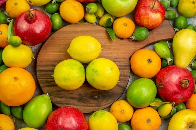 Vista dall'alto frutta fresca diversi frutti maturi e morbidi su sfondo bianco colore delle bacche salute dieta foto gustosa