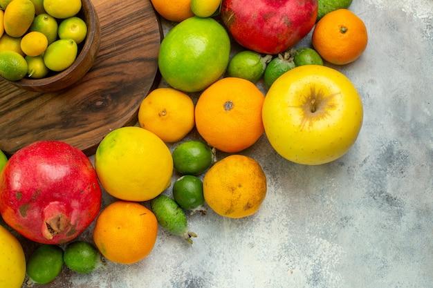 Vista dall'alto frutta fresca diversi frutti maturi e morbidi sulla scrivania bianca