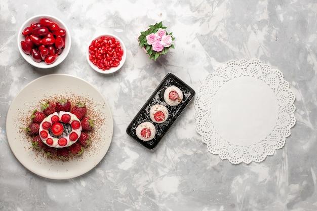 흰색 공간에 상위 뷰 신선한 과일 층층 딸기