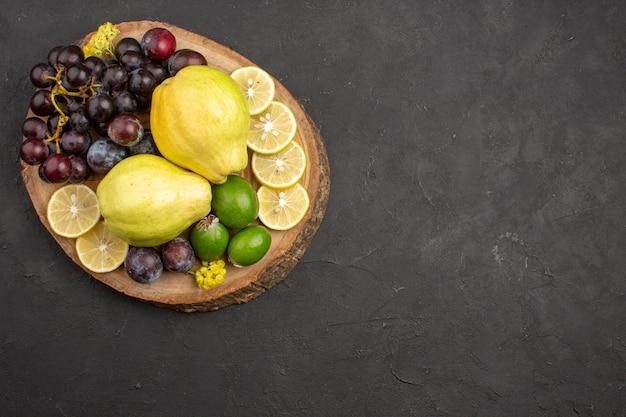 상위 뷰 신선한 과일 포도 레몬 슬라이스 자두와 어두운 표면 과일 식물 신선한 익은 나무