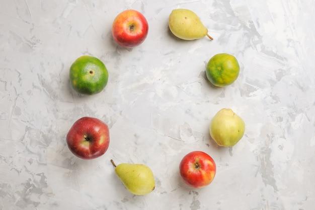 上面図白い背景に並ぶ新鮮な果物