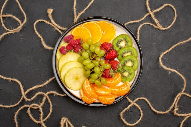 상위 뷰 신선한 과일은 어두운 표면에 부드럽고 익은 과일입니다.