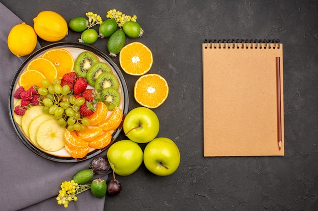 上面図新鮮な果物のまろやかで熟した果物を暗い背景に新鮮なビタミンのまろやかな木の果物