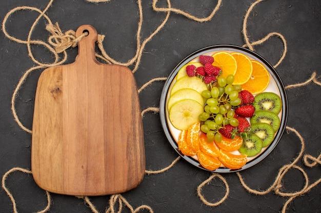 上面図新鮮な果物のまろやかで熟した果物の暗い背景新鮮なビタミンまろやかな木の果物の色