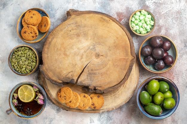お茶と新鮮な果物の上面図
