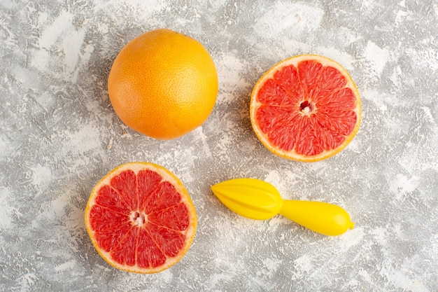 Вид сверху свежие кольца грейпфрута на белой поверхности