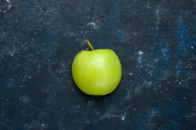 Vista dall'alto della mela verde fresca tagliata a metà affettata sul buio, frutta fresca e matura