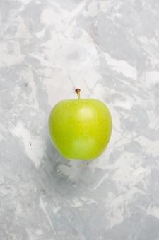 Вид сверху свежего зеленого яблока на белом столе