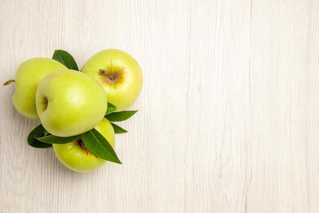 Vista dall'alto mele verdi fresche frutti dolci e maturi sull'albero verde fresco di colore della pianta della scrivania bianca