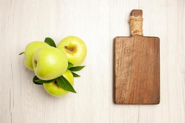 Vista dall'alto mele verdi fresche frutti dolci e maturi su scrivania bianca frutti vegetali colorano un albero verde fresco fresh