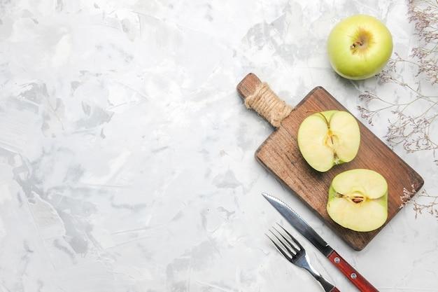 Вид сверху свежие зеленые яблоки на белом фоне
