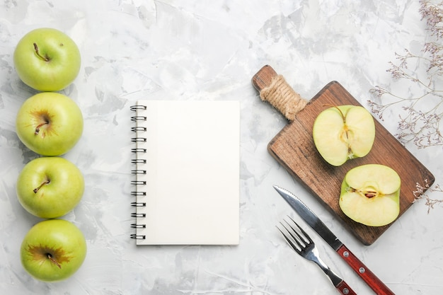 Вид сверху свежие зеленые яблоки на светло-белом фоне