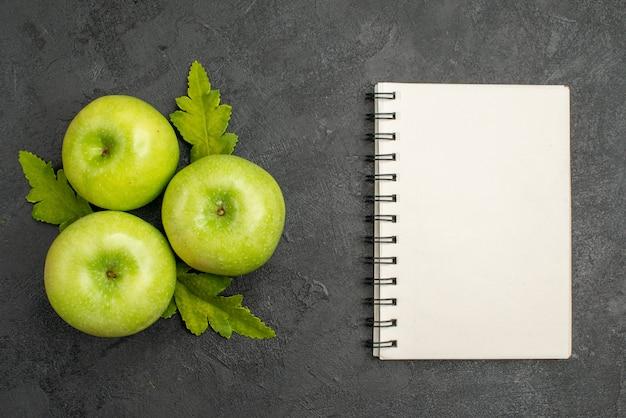 灰色の背景に新鮮な青リンゴの上面図