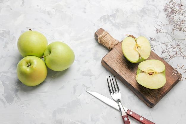 上面図白い背景の上の新鮮な青リンゴ