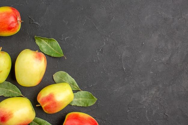 Вид сверху свежие зеленые яблоки с зелеными листьями на темном столе, спелом спелом свежем дереве