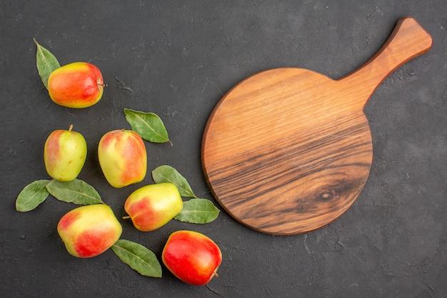 어두운 테이블 나무에 녹색 잎이 있는 신선한 녹색 사과는 부드럽고 익은 신선합니다.