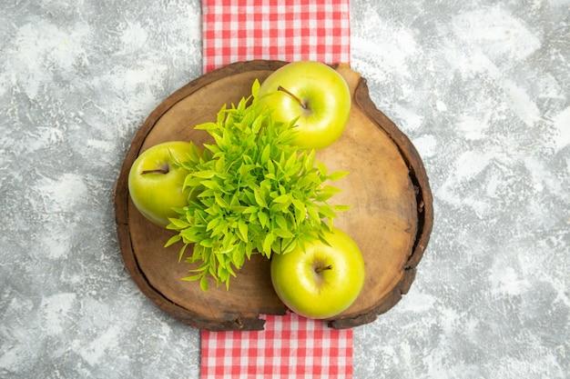 上面図新鮮な青リンゴと白い表面に緑の植物リンゴ果実熟したまろやかな新鮮