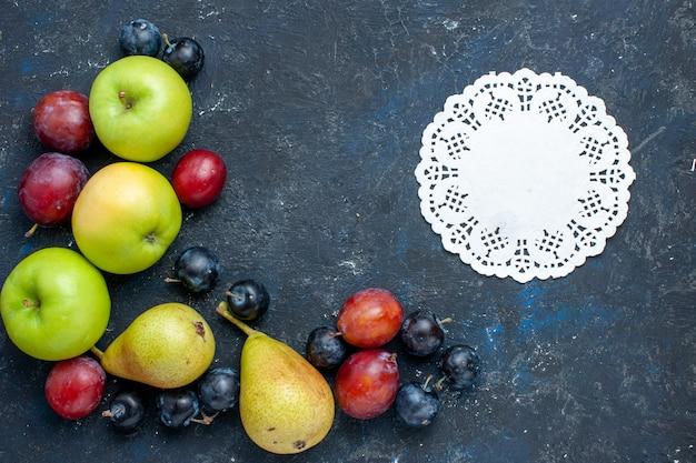Vista dall'alto di mele verdi fresche con pere prugnoli e prugne sulla scrivania blu scuro, frutta a bacca fresca cibo dolce