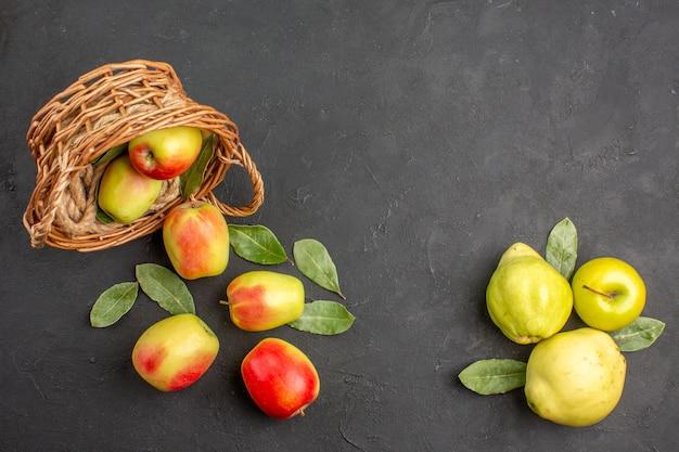 Вид сверху свежие зеленые яблоки с айвой на темном столовом дереве, спелые спелые свежие
