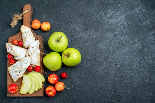 어두운 회색 배경에 달콤한 파이와 상위 뷰 신선한 녹색 사과 과일 달콤한 비스킷 설탕 쿠키 파이