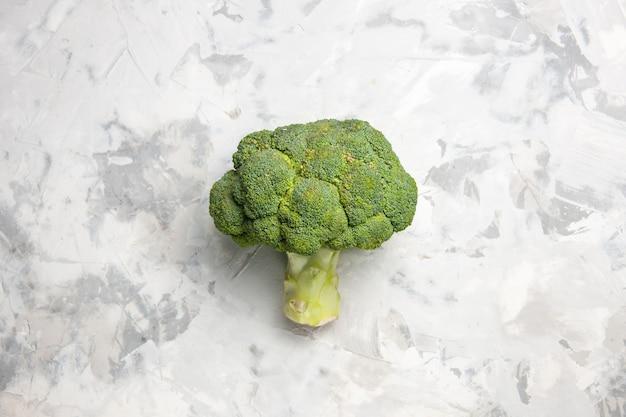 Broccoli verdi freschi di vista superiore sulla dieta di salute matura dell'insalata della tavola bianca