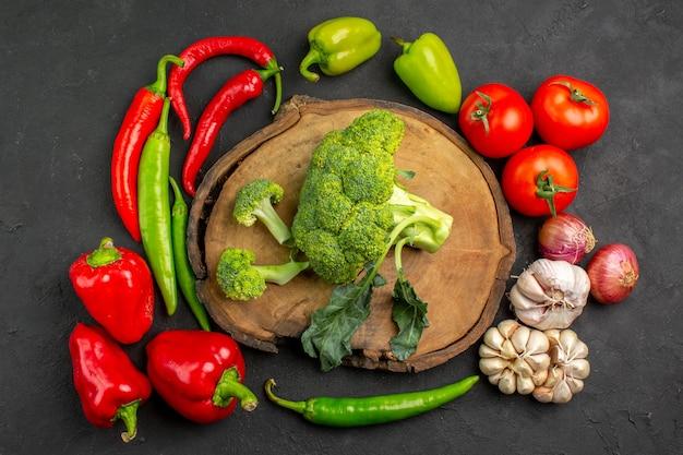어두운 테이블 샐러드 익은 건강에 신선한 야채와 상위 뷰 신선한 녹색 브로콜리
