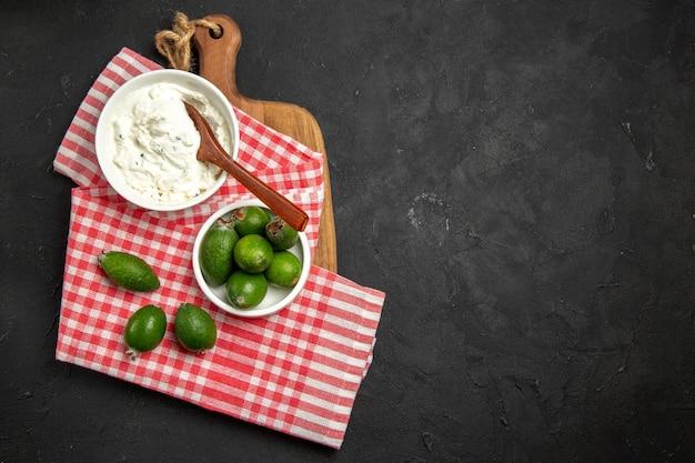 暗い表面のフルーツエキゾチックな健康メロワにクリームとクリーム色のトップビュー新鮮な緑のフェイジョア