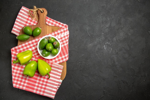 上面図新鮮な緑のフェイジョアと暗い表面の果物エキゾチックな健康まろやかな緑のピーマン