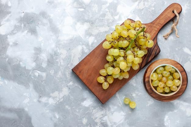 Vista dall'alto di uva verde fresca succosa mellow su sfondo chiaro frutta fresca uva vino