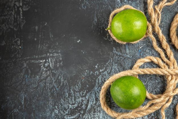 ロープでトップビューの新鮮なグリーンレモン