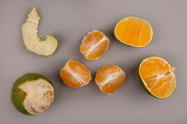 Vista dall'alto di mandarini verdi freschi isolati