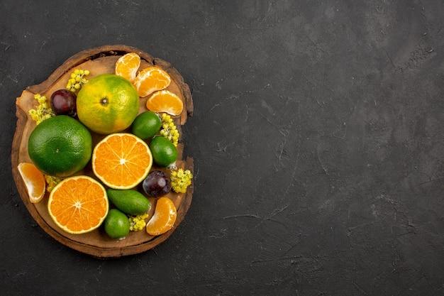 Vista dall'alto di mandarini verdi freschi con feijoas al buio