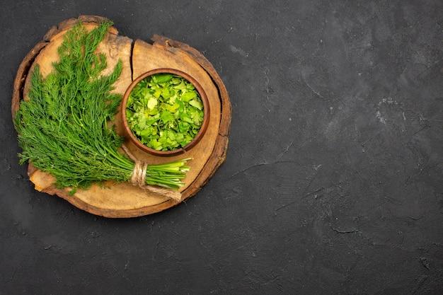 Vista dall'alto verdure fresche sulla salute dell'insalata di farina di colore verde superficie scura