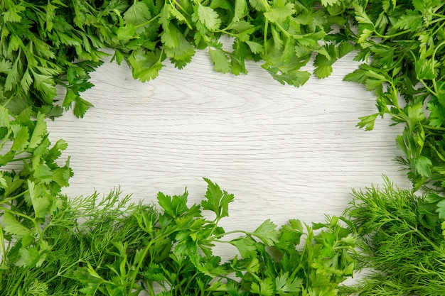 Вид сверху свежей зелени на белом фоне