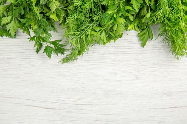 白い背景の上のビューの新鮮な緑