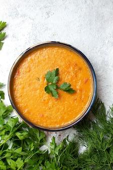 흰색 책상 녹색 제품 식사 음식에 merci라는 콩 수프와 함께 상위 뷰 신선한 채소