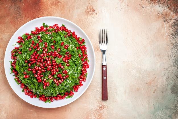 Vista dall'alto verdure fresche con melograni sbucciati sul tavolo luminoso frutta colore pasto verde