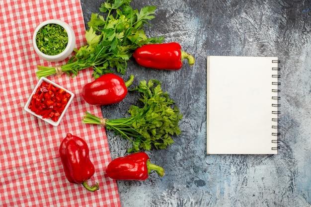 밝은 회색 테이블에 빨간 피망이 있는 상위 뷰 신선한 채소
