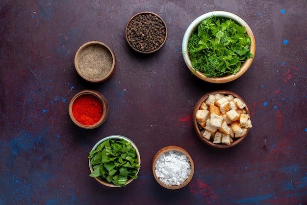 トップビューラスクと調味料と新鮮なグリーン、ダークテーブル、食事スープグリーンフード