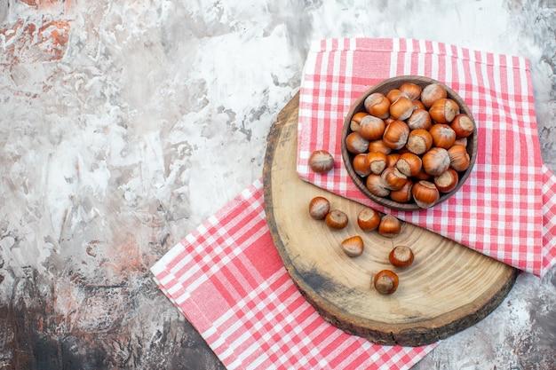 흰색 배경에 분홍색 수건이 달린 신선한 헤이즐넛 너트 식물 스낵 호두 나무 사진 주방