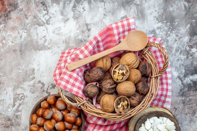 상위 뷰 흰색 배경에 호두와 신선한 헤이즐넛 너트 땅콩 cips 공장 주방 사진 음식