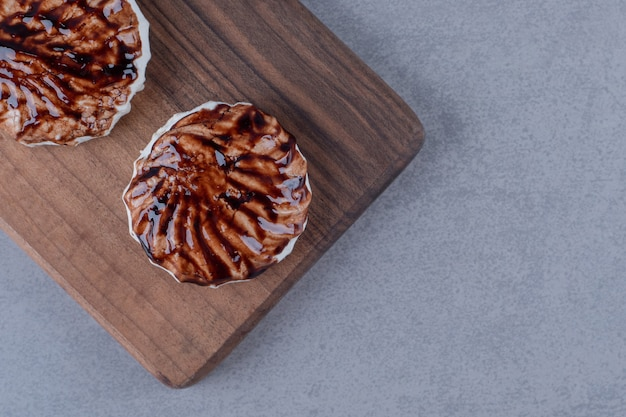 Vista dall'alto di biscotti freschi fatti in casa sulla tavola di legno